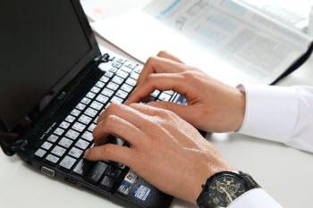 パソコンに触れる手